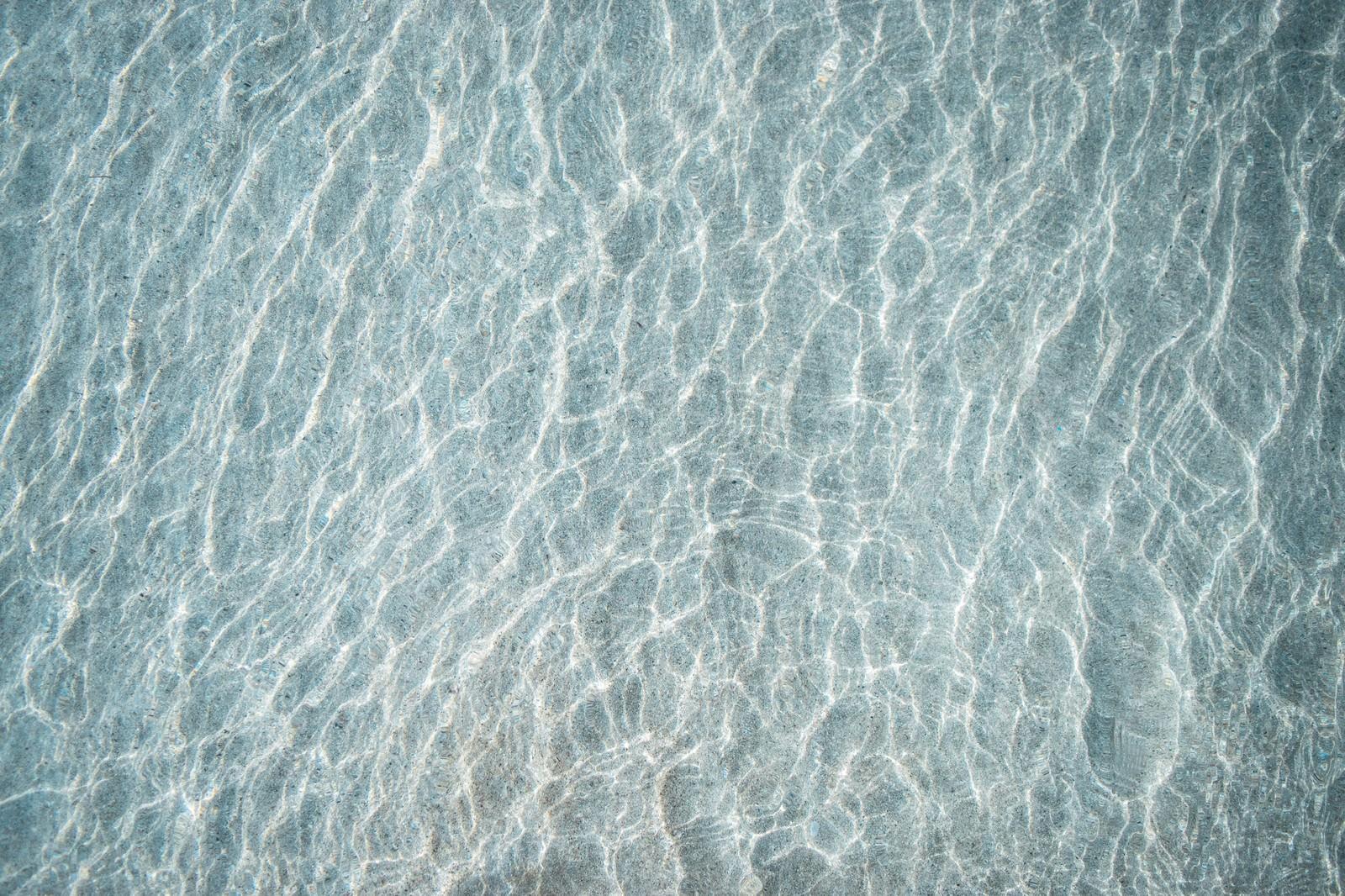 「浅瀬の海と砂紋」の写真