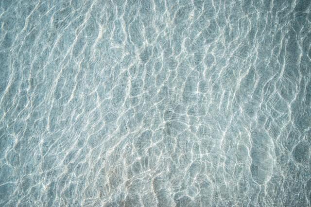 浅瀬の海と砂紋の写真