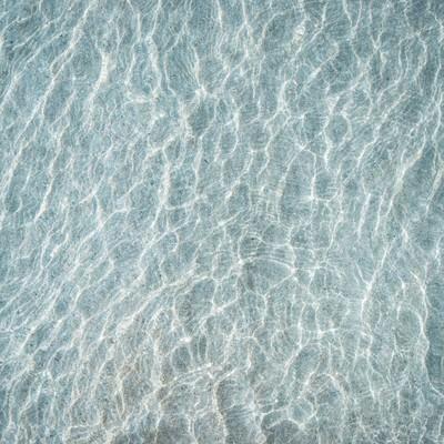 「浅瀬の海と砂紋」の写真素材