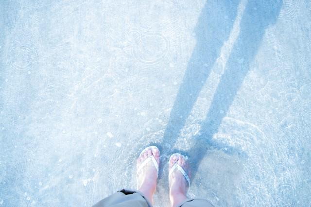 浅瀬とビーチサンダルの写真
