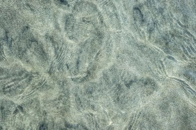 海水と砂紋の模様の写真