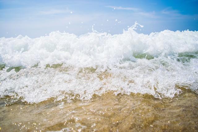 波打ち際と波しぶきの写真