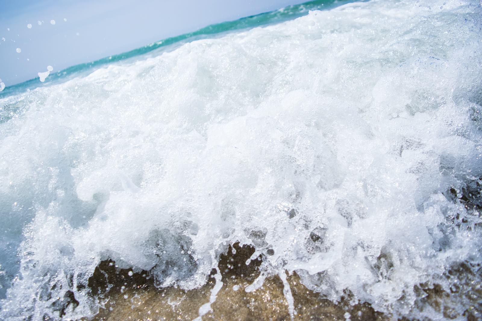 「勢いがある波打ち際のシーン」の写真