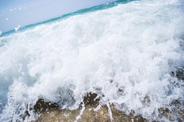 勢いがある波打ち際のシーンの写真