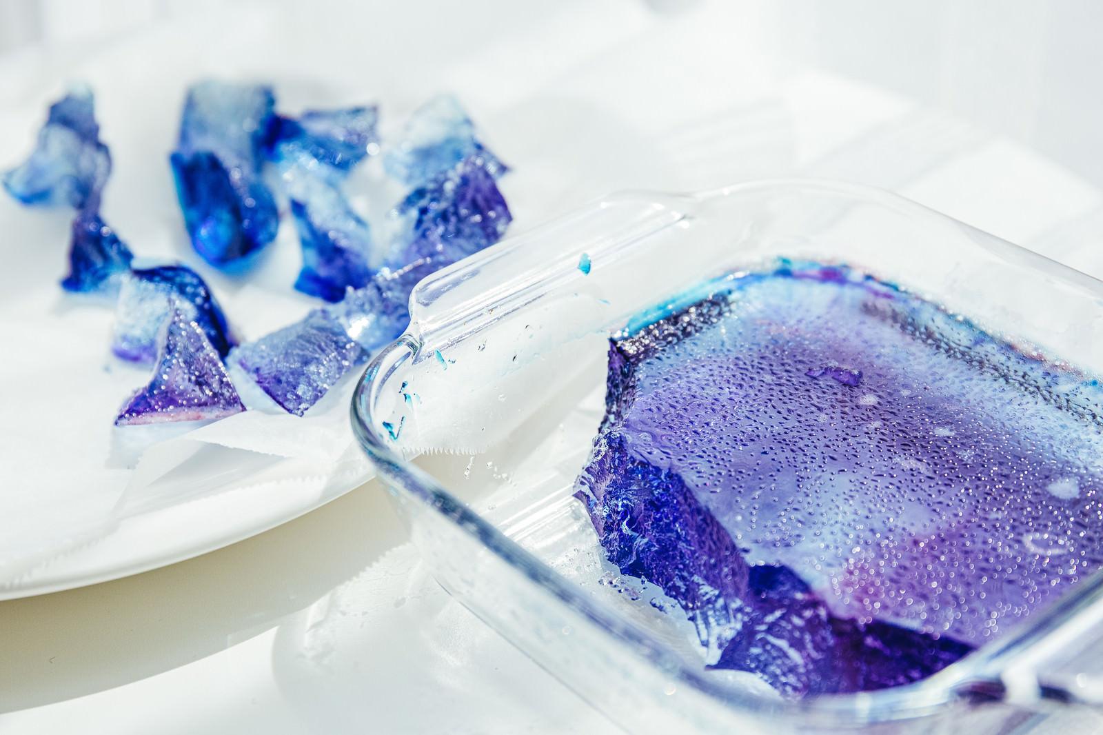 「琥珀糖を塊から切り分ける工程」の写真