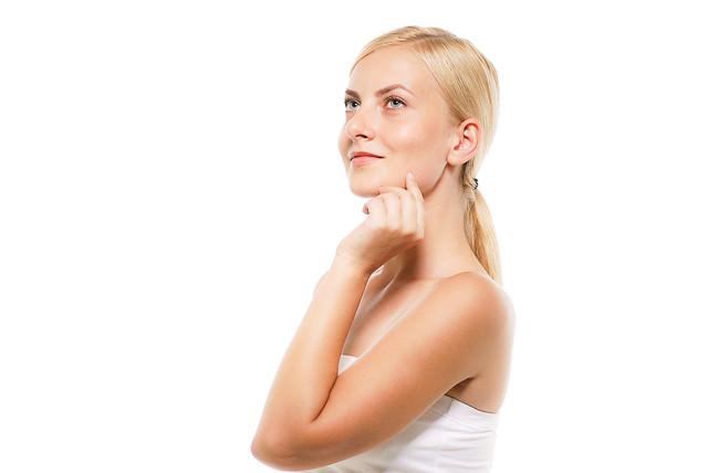 よくある上を見上げる外国人女性(美容)の写真