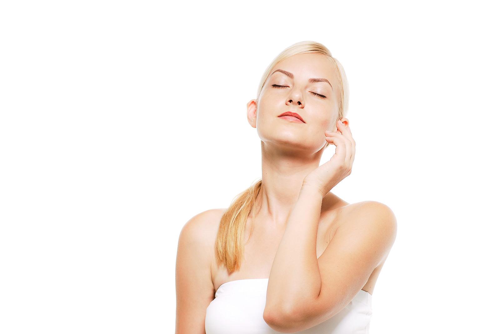 「目を閉じて軽く顎をあげる仕草をするロシア人の女性」の写真[モデル:モデルファクトリー]