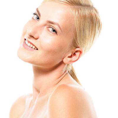 首を傾げてカメラ目線でスマイルするモデルのロシア人女性の写真