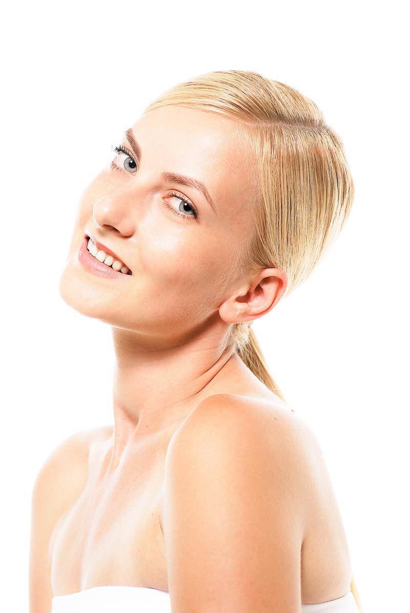 「首を傾げてカメラ目線でスマイルするモデルのロシア人女性」の写真[モデル:モデルファクトリー]