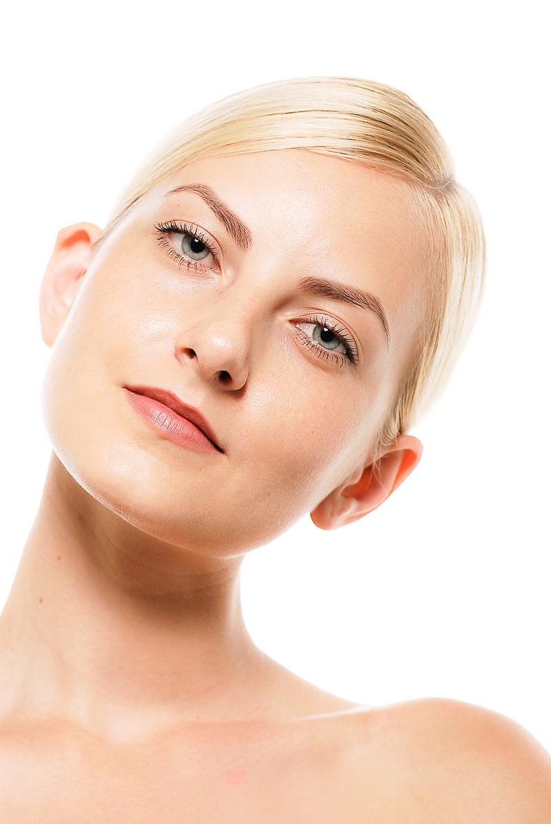 「クビを傾げるモデルの外国人女性」の写真[モデル:モデルファクトリー]