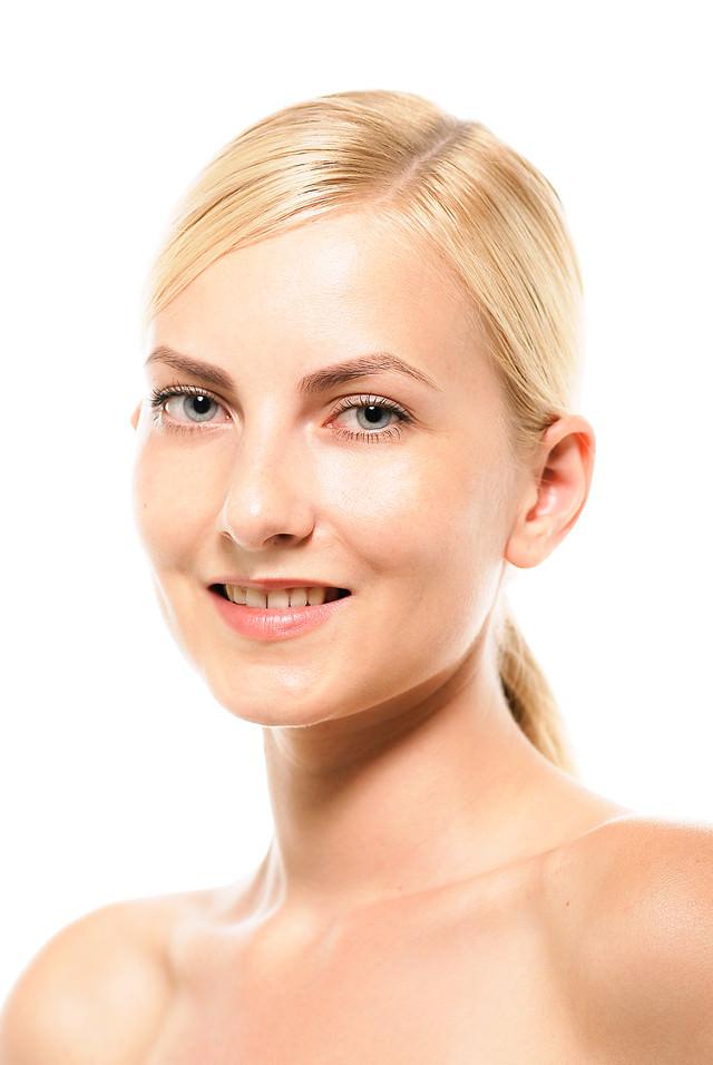 微笑むモデルの外国人女性の写真