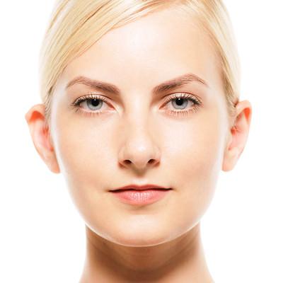 スキンケア用素材(外国人女性の正面顔アップ)の写真