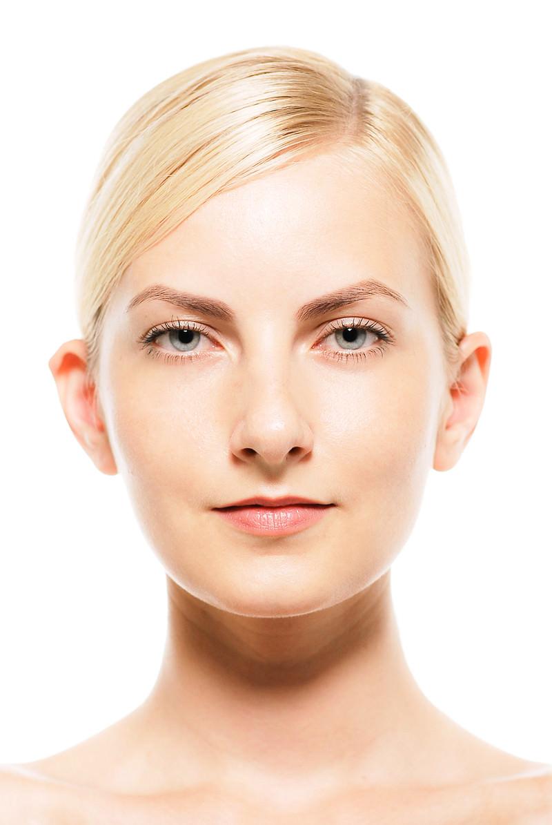 「スキンケア用素材(外国人女性の正面顔アップ)」の写真[モデル:モデルファクトリー]
