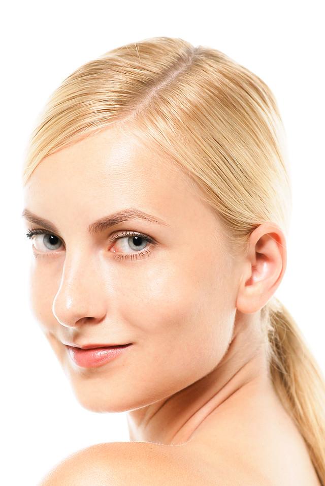 振り向く外国人女性の顔アップ(ロシア人美容)の写真