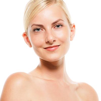 微笑むロシア人モデルの表情(バストアップ)の写真