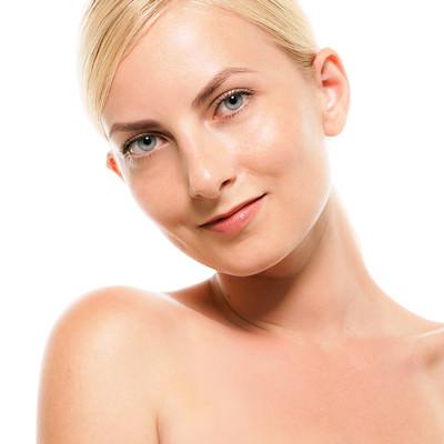 軽く首を傾げるロシア人の女性モデル(バストアップ)の写真