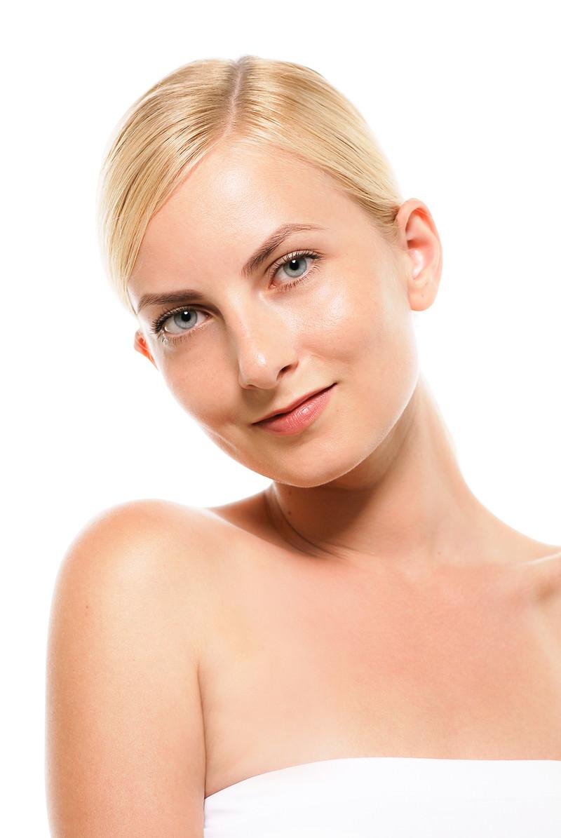 「軽く首を傾げるロシア人の女性モデル(バストアップ)」の写真[モデル:モデルファクトリー]