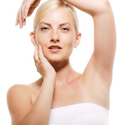 両手を顔のラインに沿わせるモデルの外国人女性の写真