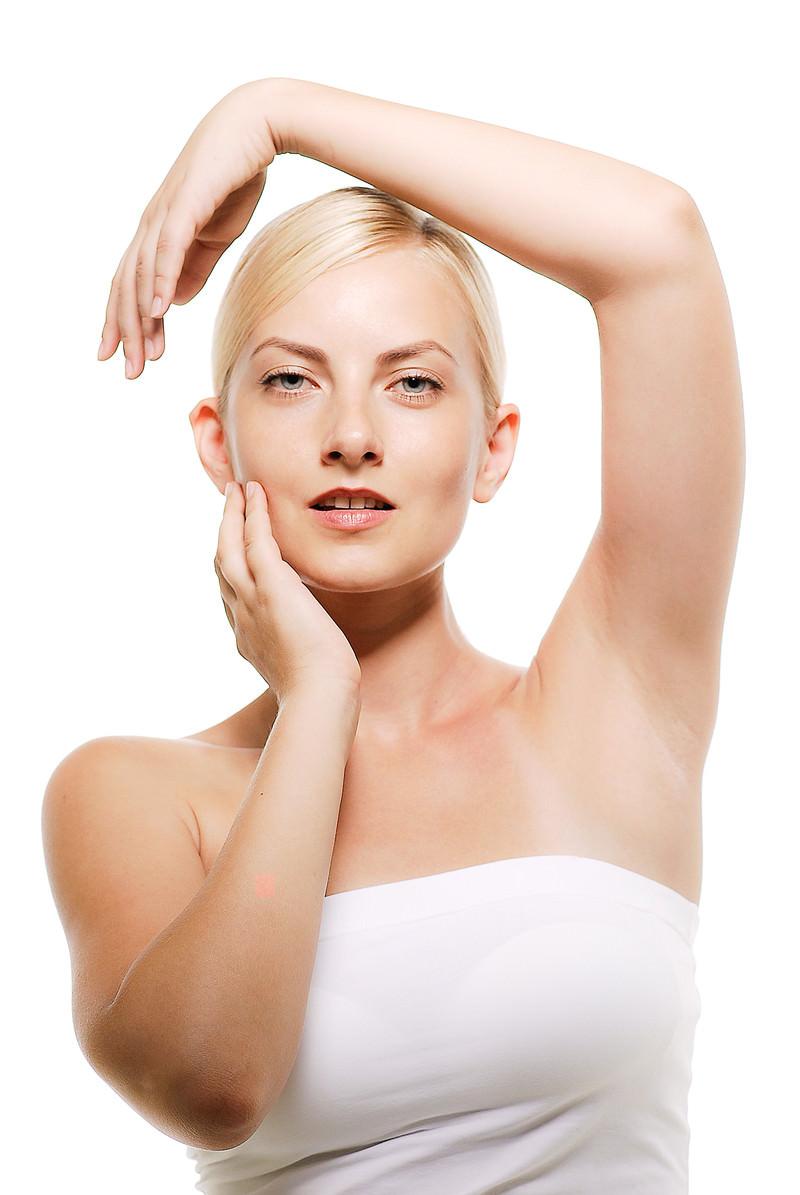 「両手を顔のラインに沿わせるモデルの外国人女性」の写真[モデル:モデルファクトリー]