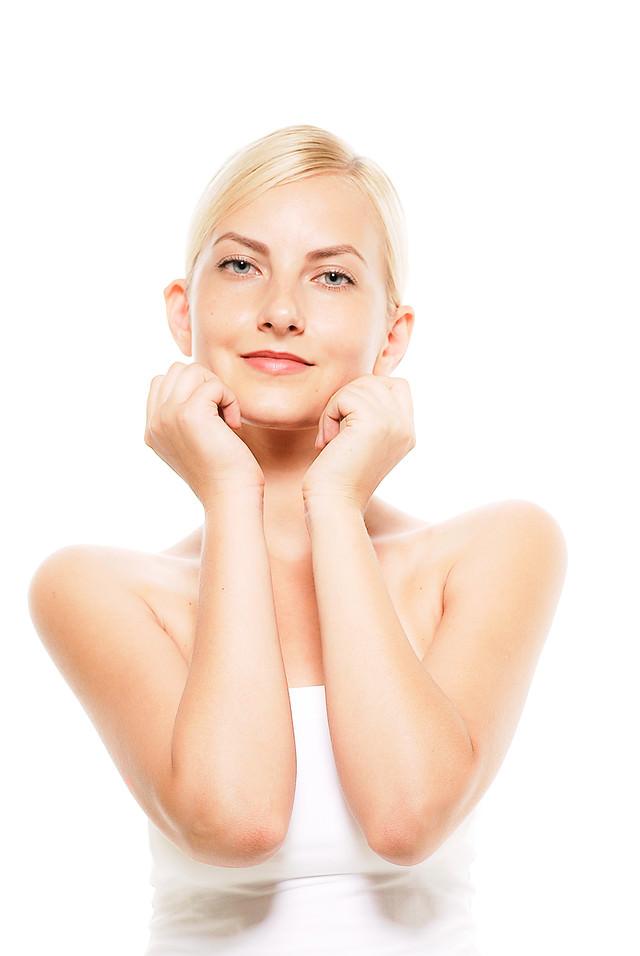 両肘を立てて顎乗せポーズのロシア人女性モデルの写真