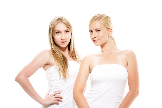 ドヤ顔で決めポーズするロシア人モデルの女性二人組みの写真