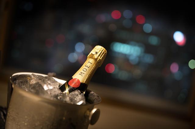 シャンパンと夜景の丸ボケの写真