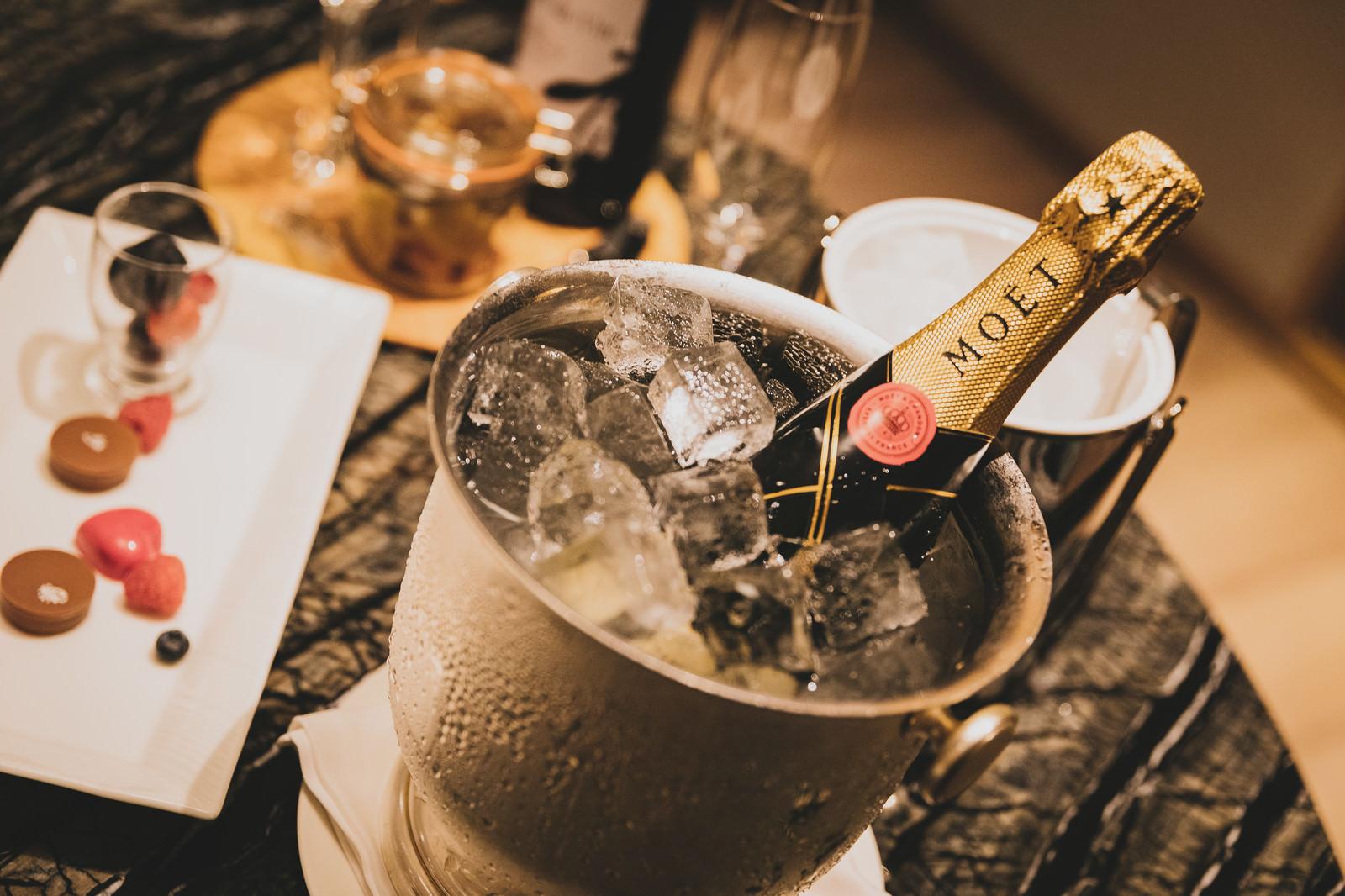 「素敵な夜のお祝いシャンパン素敵な夜のお祝いシャンパン」のフリー写真素材を拡大