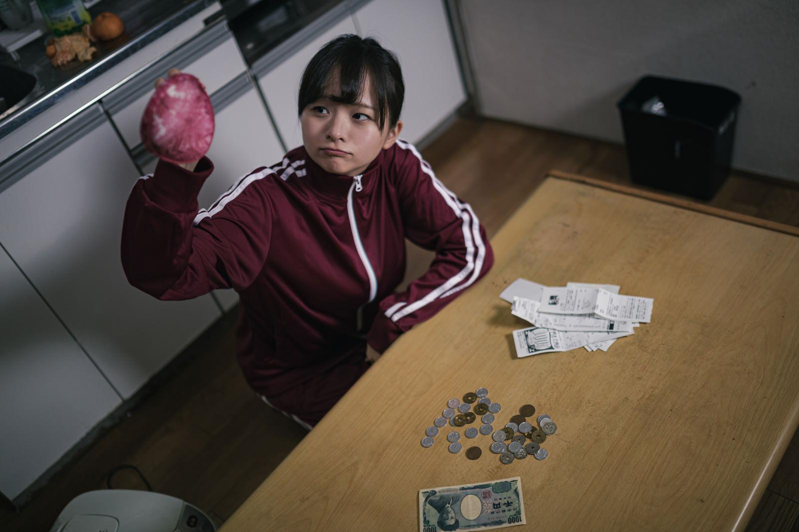 「失業して貧困女子」の写真[モデル:千歳]
