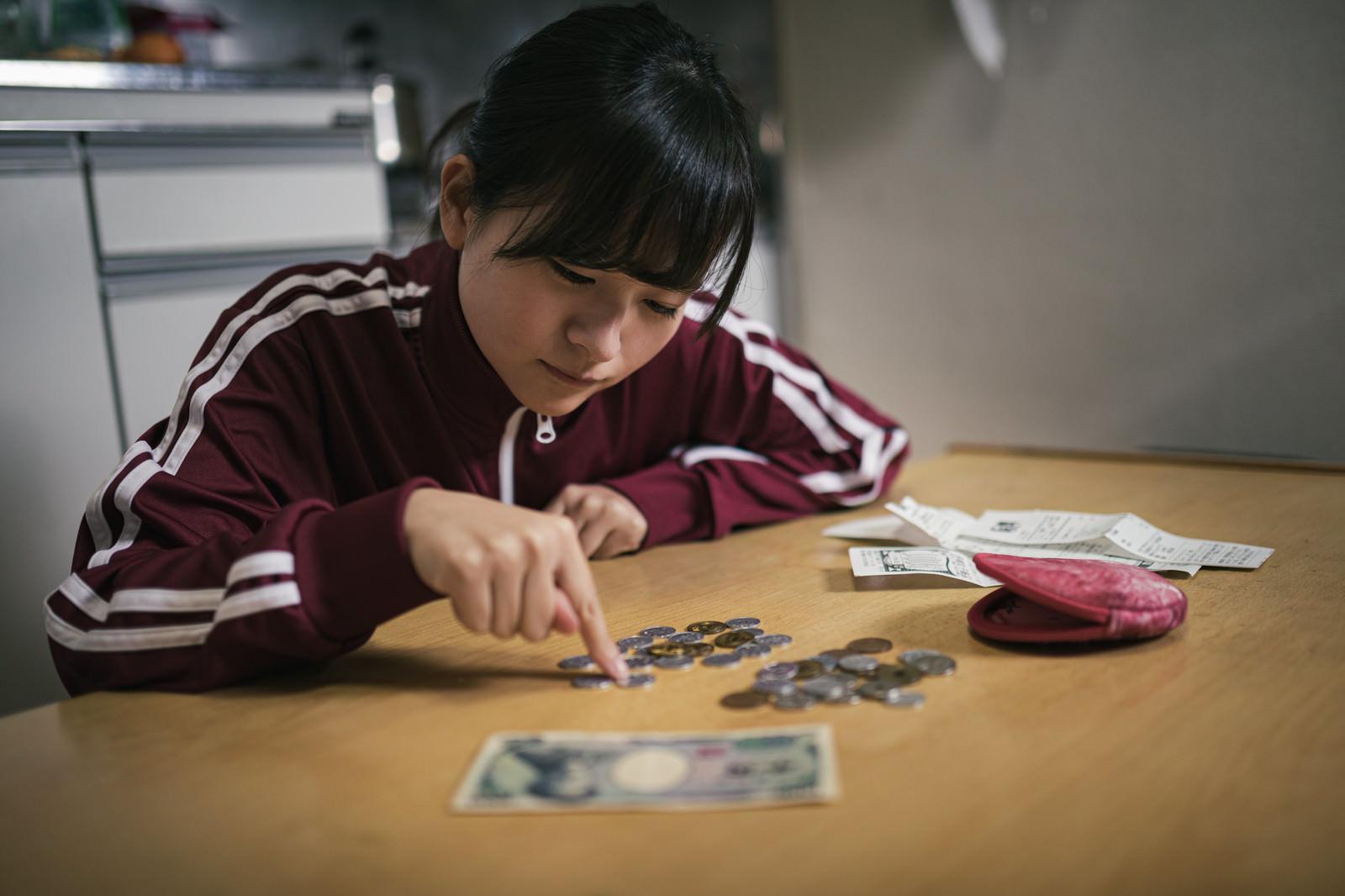 「自粛が続き生活費を切り詰める女子学生の様子」の写真[モデル:千歳]