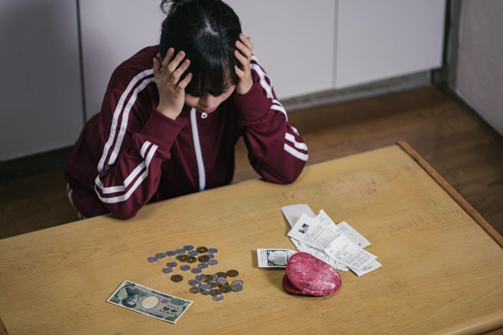 「同じ小銭を4つ並べると消えてく、怖い」の写真[モデル:千歳]