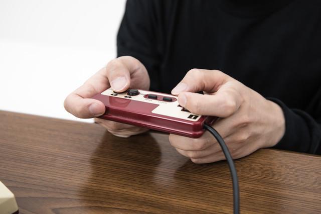 十字キーは人差し指で操作するゲーマー(モンハン持ち)の写真
