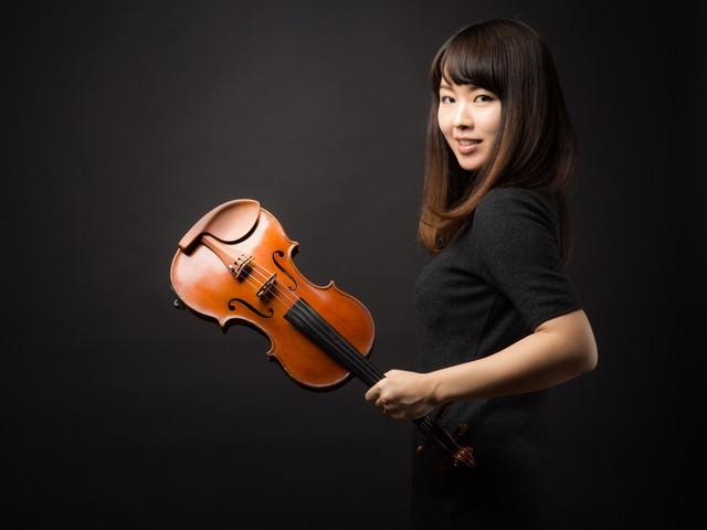 ヴァイオリンと女性の写真