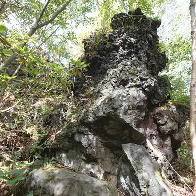 「鬼押出しの二層になった溶岩(下が噴出時の溶岩、上がドロドロに流出した溶岩)」の写真素材