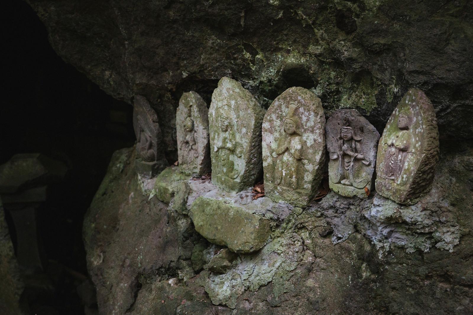「岩陰内の聖観音(滝沢観音石仏群)」の写真
