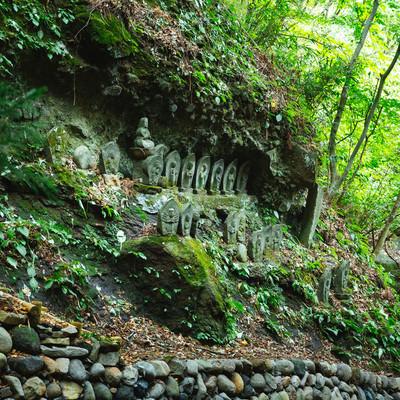 崖に並ぶ滝沢観音石仏群の写真