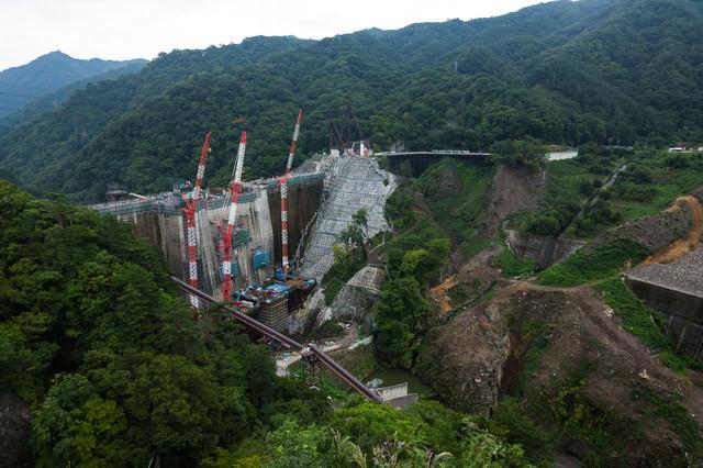建設工事中の八ッ場ダムの様子の写真