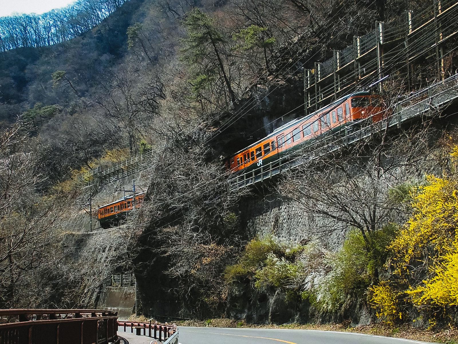 「日本一短いトンネル「樽沢トンネル」を走行するJR吾妻線」の写真