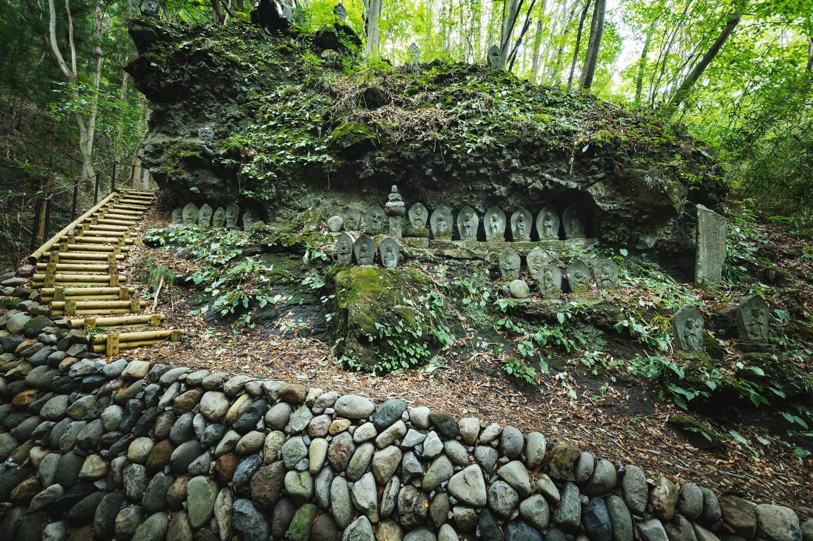 「森の中にある滝沢観音石仏群」の写真