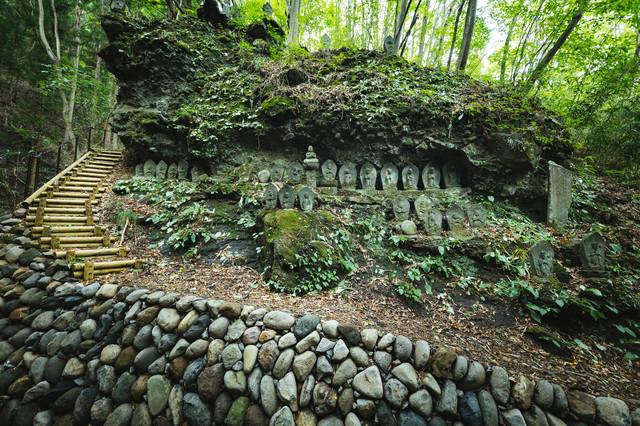 森の中にある滝沢観音石仏群の写真