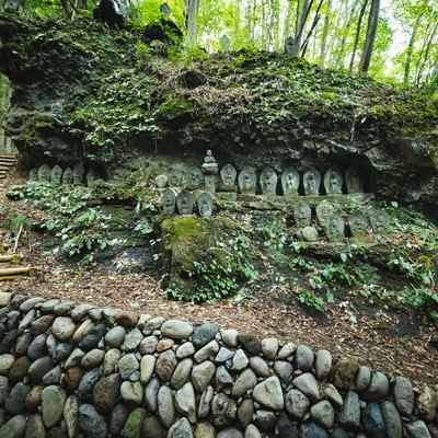 「森の中にある滝沢観音石仏群」の写真素材