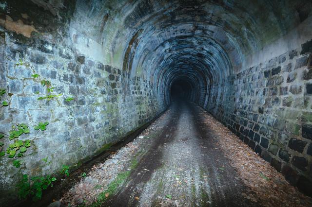 電灯のない使われていないトンネルの写真