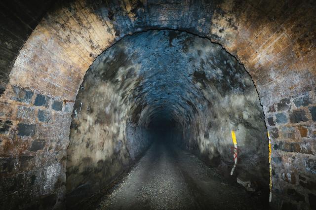 奥深くまで続く暗いトンネルの写真