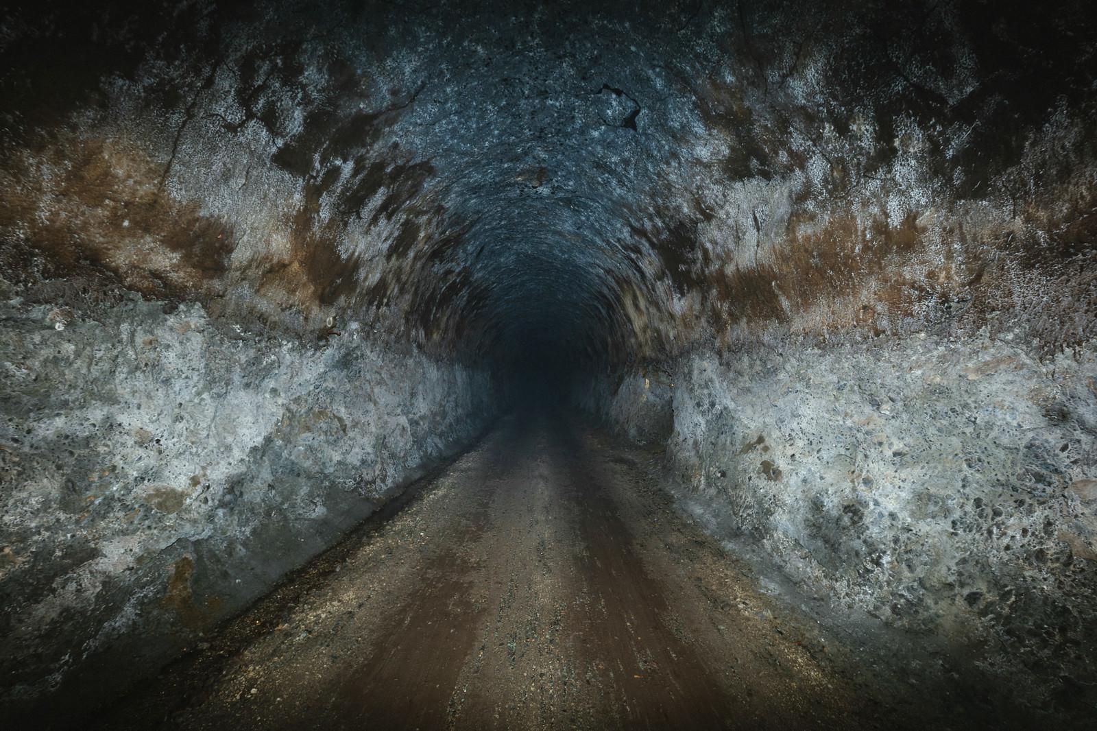「照明がない真っ暗なトンネル」の写真