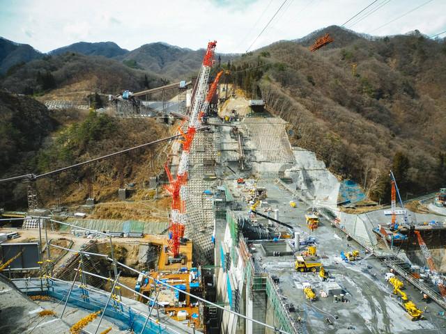 八ッ場ダムの工事風景(大型クレーン)の写真