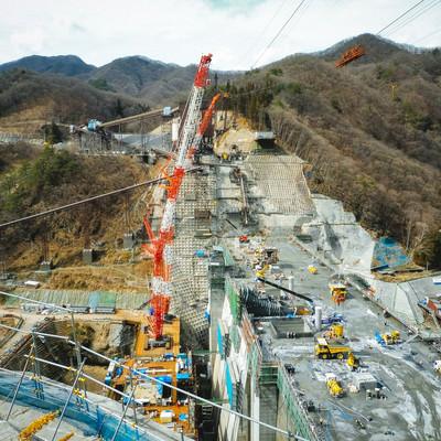 「八ッ場ダムの工事風景(大型クレーン)」の写真素材