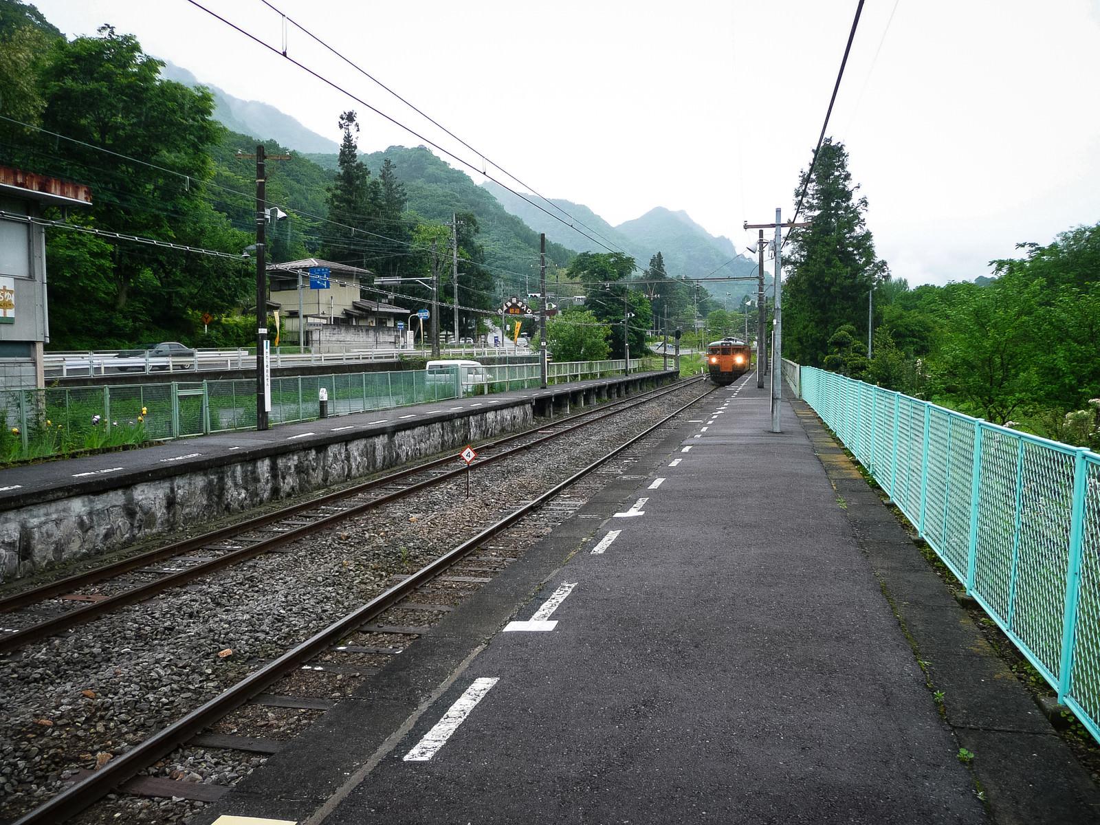 「旧川原湯温泉駅ホームとJR吾妻線 」の写真