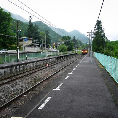旧川原湯温泉駅ホームとJR吾妻線 の写真