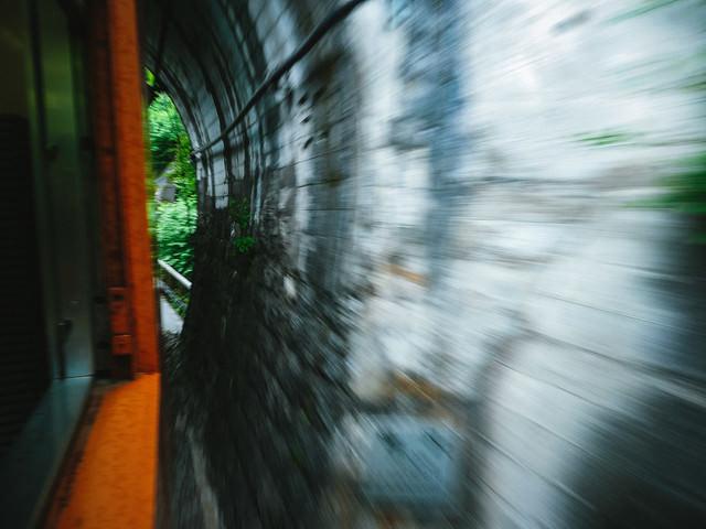 「樽沢トンネル」を通過中の車窓からの写真
