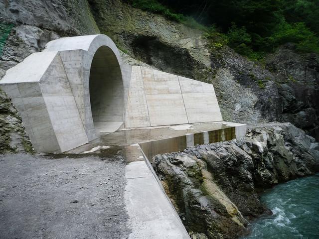 ダム建設で川の水を迂回させるために作られた仮排水トンネルの写真