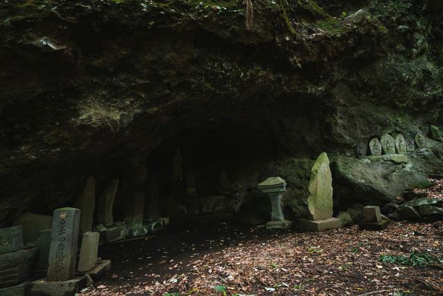洞穴の石仏(滝沢観音石仏群)の写真